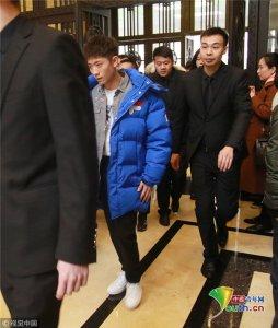 张一山蓝色羽绒服保暖有道 获黑衣人护驾表情酷