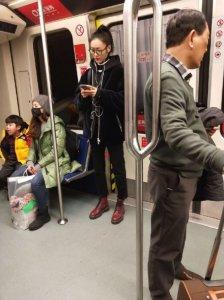 网友偶遇刘雯 素颜戴眼镜出行人群中好低调
