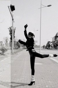 王鸥马路边跳芭蕾被赞腿细 耿直回应:P的