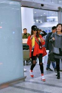 张柏芝潮爆杭州机场红装耀眼 素颜秀筷子腿走路