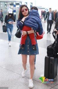 陈妍希抱儿子画面温馨 小星星一路酣睡似树袋熊